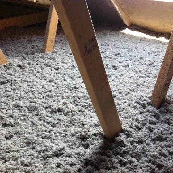 Isocell papiruld består af organiske fibre, der ikke kradser eller klør ved anvendelse, ikke irriterer hud og øjne, som ved brug af mineraluld eller glasuld.
